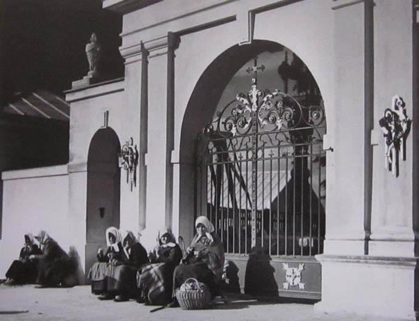 Kalvarijos bažnyčios šventoriaus vartai, elgetos