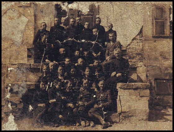 1939 Kalvarijos mokiniai prie mokyklos