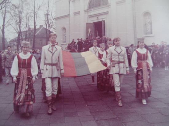 Kavarija 1988. Trispalvės pašventinimas