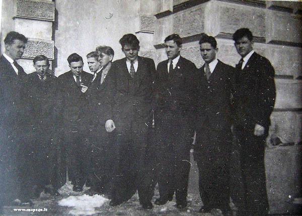 Kėdainių aukštesnios Kultūrtechnikos mokyklos geodezijos skyriaus absolventai